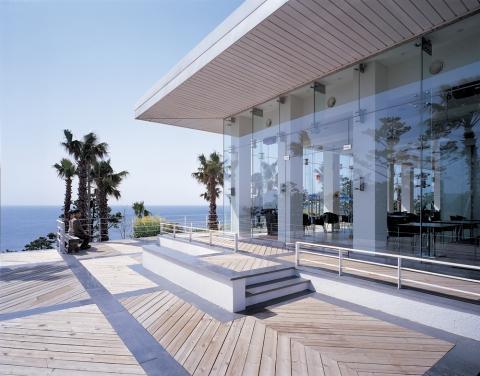 Vách kính mặt tiền cho nhà biệt thự biển đẹp