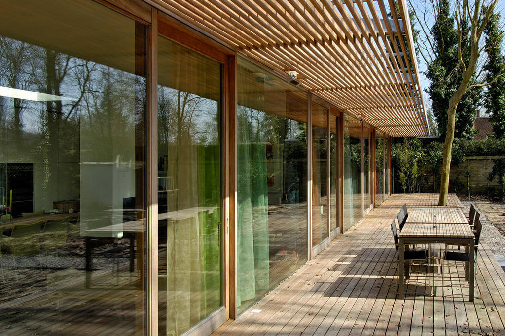 Không gian kính của khu nghỉ dưỡng sử dụng thêm lam che nắng bằng gỗ