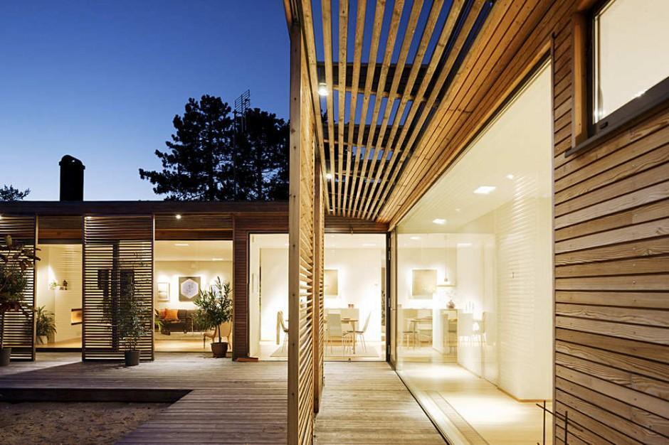 Một góc biệt thự vườn sử dụng vách kính và lam chắn nắng bằng gỗ