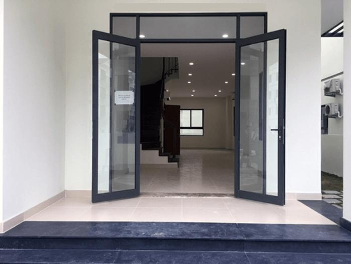 cửa nhôm xingfa - Tại sao cửa đi nhôm xingfa 55 liền vách kính chống nước và cách âm không tốt