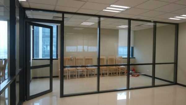 khung vach kinh cuong luc 600x338 - Tại sao vách kính lại được sử dụng nhiều ở nơi công sở?